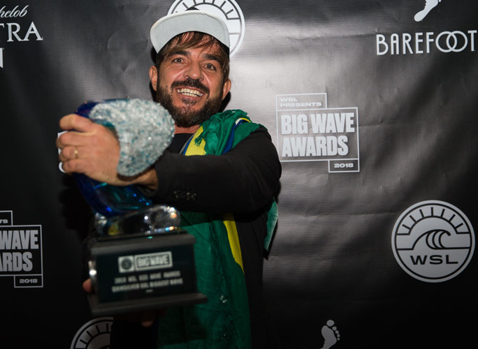 Rodrigo Koxa mit seinem Quiksilver-Pokal. Copyright: World Surf League